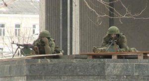 Російські кулеметники на підступах до будівлі кримського парламенту